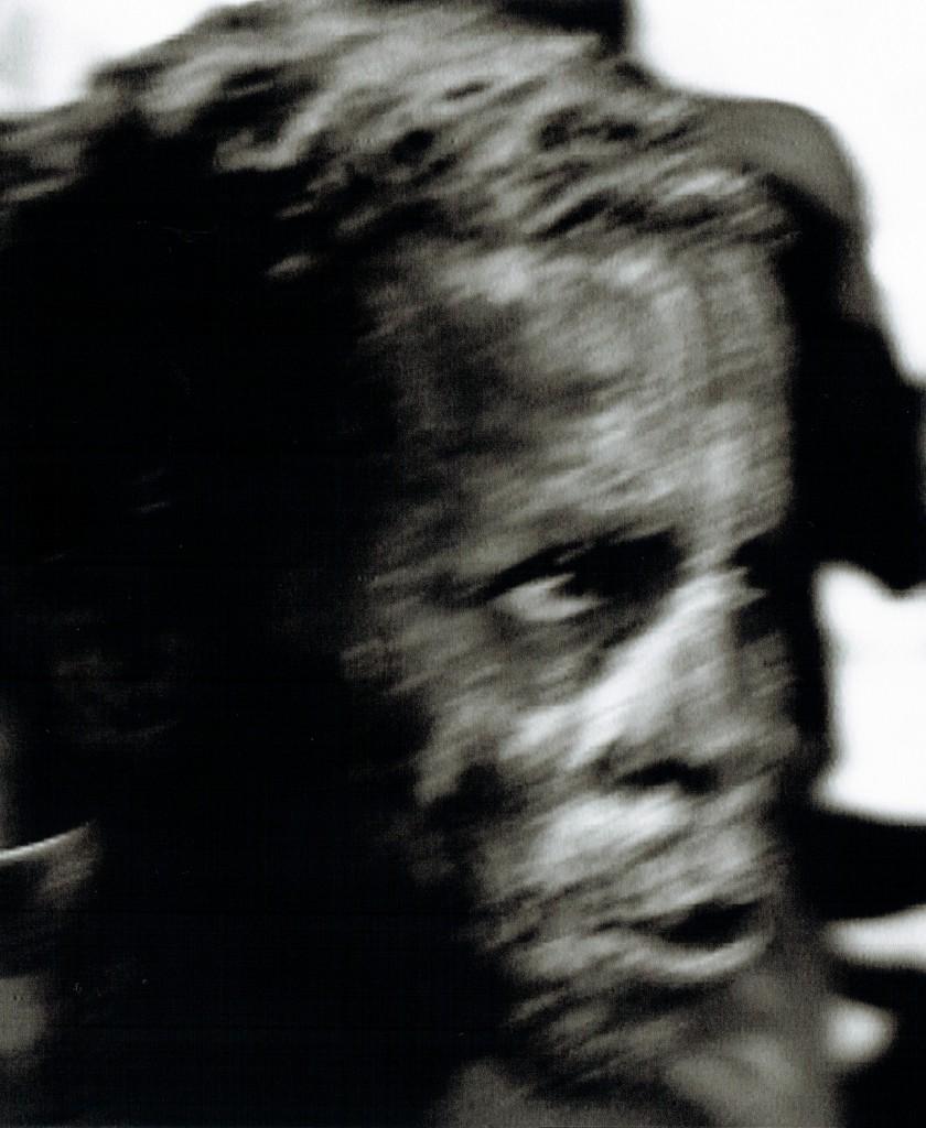 Ein Tänzer im Zustand der Trance während einer seltenen Regen-Zeremonie am Fluss Mono im Westen Benins. Sein Gesicht ist zum Schutz vor bösen Geistern mit einer Maismaske bedeckt. Wird dem Tänzer der Bastrock übergestreift, werden die brachialen Energien freigesetzt. Sie vereinigen sich mit den Göttern.